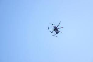 飛行するドローンの写真素材 [FYI01415590]