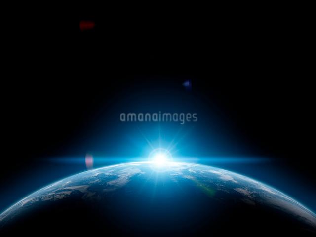 地球と日の出の写真素材 [FYI01415848]