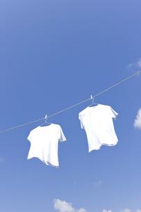 青空と洗濯物の写真素材 [FYI01415948]