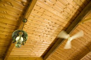 ログハウスの天井と回るシーリングファンの写真素材 [FYI01416101]