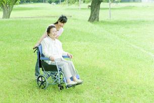 車椅子のシニア女性と押す看護師の写真素材 [FYI01416235]