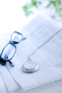 英字新聞と懐中時計と眼鏡の写真素材 [FYI01416590]