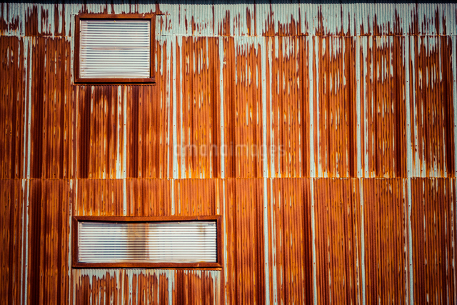 錆びたトタン家屋の写真素材 [FYI01417072]