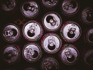 白く反射する空き缶の写真素材 [FYI01417096]