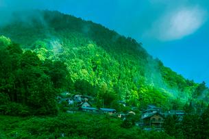山間の斜面に建つ家々の写真素材 [FYI01417168]