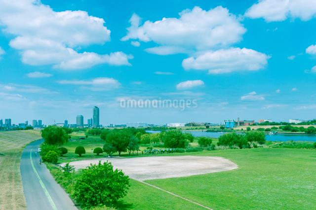首都高の橋梁と荒川河川敷の写真素材 [FYI01417206]