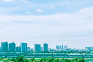 ビル群と東海道本線の写真素材 [FYI01417226]