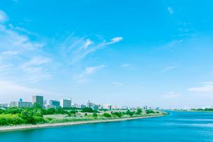 多摩川沿いに建つビル群の写真素材 [FYI01417271]