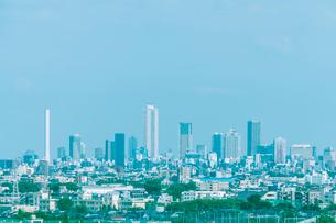 街並みと遠方の高層ビル群の写真素材 [FYI01417319]