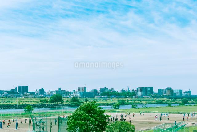 サッカーとラグビーを楽しむ多摩川の河川敷の写真素材 [FYI01417352]