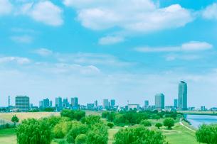 ビル街を望む荒川河川敷の写真素材 [FYI01417390]