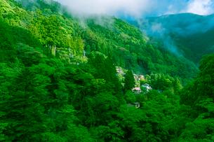 谷あいの集落の写真素材 [FYI01417486]