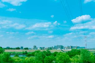 送電網と河岸の緑地の写真素材 [FYI01417526]