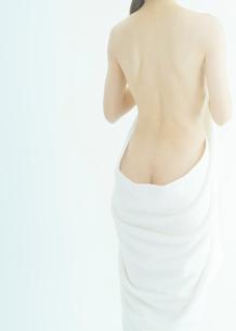 背中を見せる日本人女性の写真素材 [FYI01417540]