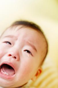 涙を流して泣く赤ちゃんの写真素材 [FYI01417620]