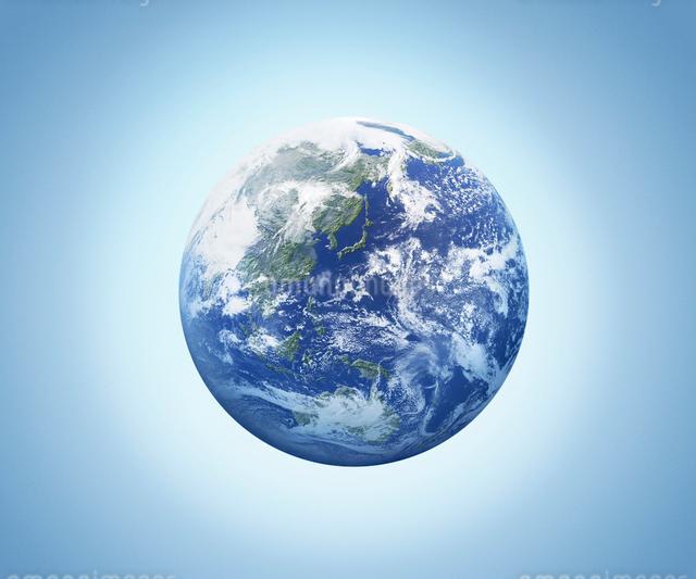 水色背景の地球全景のイラスト素材 [FYI01417695]