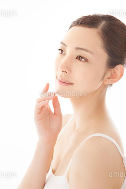 頬に手を寄せる女性の写真素材 [FYI01417795]