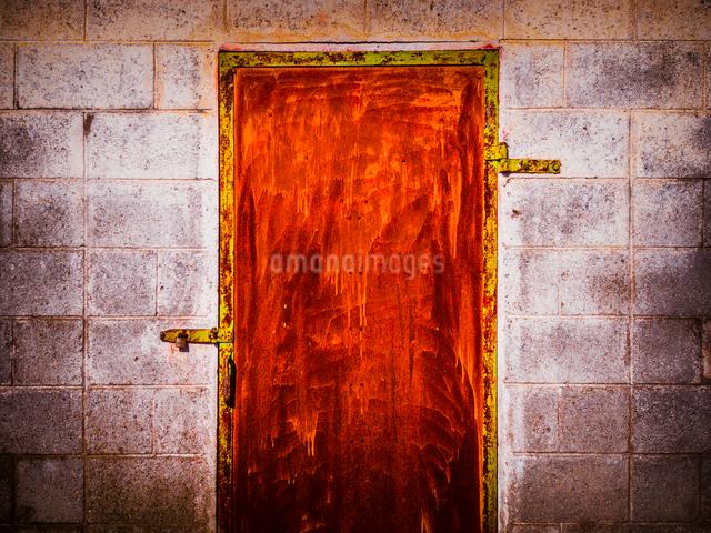 錆びた赤い鉄扉の写真素材 [FYI01417832]