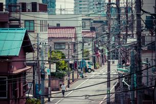 電線が入り乱れる街並みを俯瞰の写真素材 [FYI01417882]