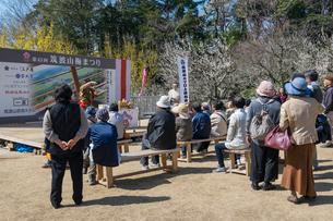 筑波山梅林公園内で開かれるガマの油の口上イベント風景の写真素材 [FYI01417928]