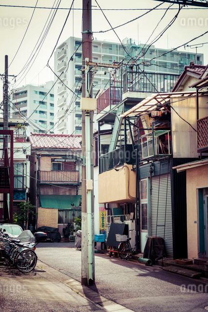 マンションを望む街角の写真素材 [FYI01417933]