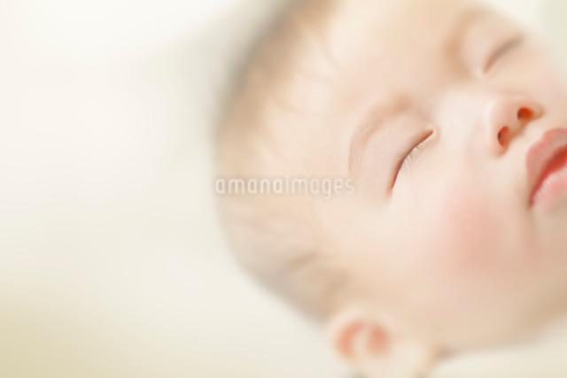 眠る赤ちゃんの写真素材 [FYI01417986]