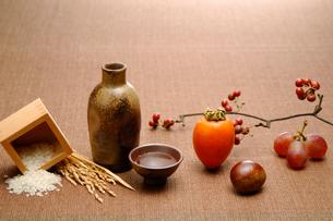 酒と米と果物の写真素材 [FYI01418037]
