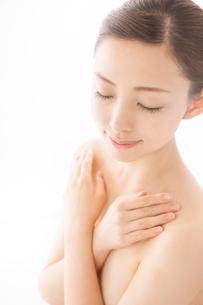胸元に手を組んで目を閉じる女性の写真素材 [FYI01418334]