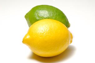 二種類のレモンの写真素材 [FYI01418602]