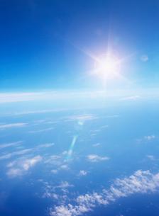 雲海と青空と太陽の光の写真素材 [FYI01418818]