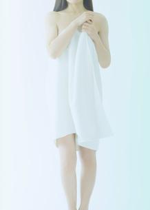 バスタオルを体に巻く日本人女性の写真素材 [FYI01419364]
