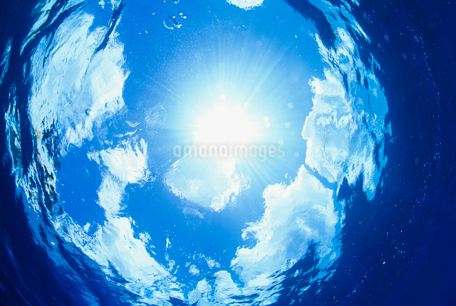 水面と青空と雲と太陽の写真素材 [FYI01419386]