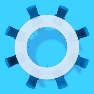 会議テーブルとビジネスチェアを俯瞰のイラスト素材 [FYI01419387]