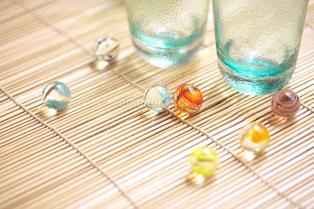 グラスとビー球の写真素材 [FYI01419568]