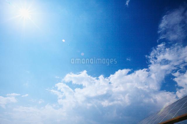 ソーラーパネルと青空と雲の写真素材 [FYI01419601]