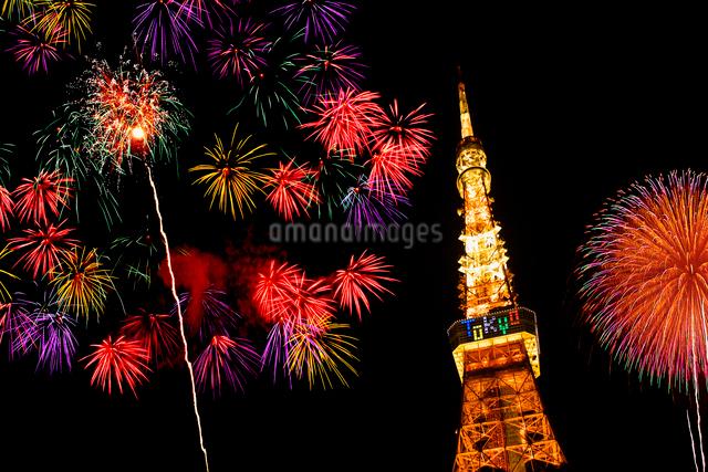 東京タワーと花火の写真素材 [FYI01419649]
