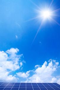 ソーラーパネルと太陽の写真素材 [FYI01419671]