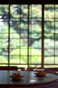和風庭園と麦茶の写真素材 [FYI01419705]