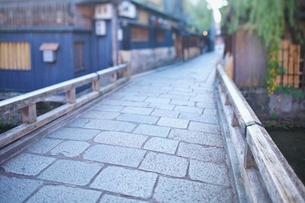 京都祇園白川の町並と石畳の道と巽橋の写真素材 [FYI01419914]