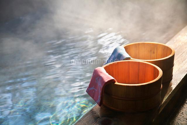 温泉の湯気と桶の写真素材 [FYI01419922]