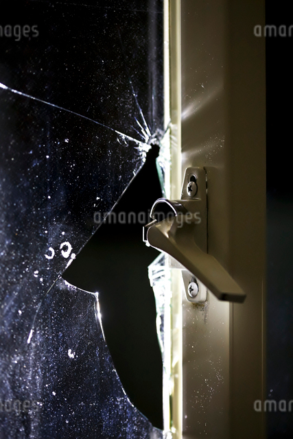 破られた窓ガラスの写真素材 [FYI01419966]