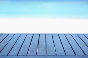 海と白い砂浜と木のテーブルの写真素材 [FYI01420222]