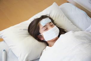 風邪で寝込んだ女の子の写真素材 [FYI01420232]
