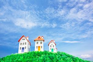 青空の下の家のクラフトの写真素材 [FYI01420288]