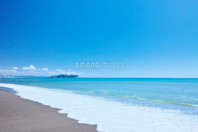 夏の湘南海岸と江の島の写真素材 [FYI01420314]