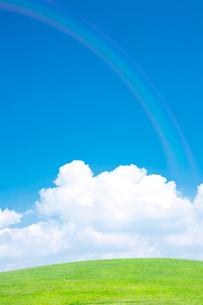 緑の丘と入道雲と虹の写真素材 [FYI01420351]