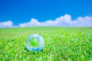 日本や太平洋を示した地球儀と緑の大地と空の写真素材 [FYI01420404]