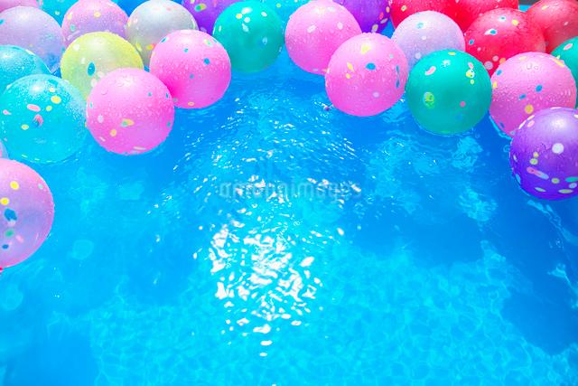 色とりどりの水ヨーヨーの写真素材 [FYI01420423]
