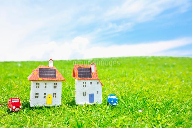 車と太陽光発電ソーラーパネル付の家のクラフトの写真素材 [FYI01420451]