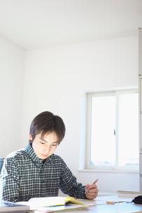 学習する男の子の写真素材 [FYI01420483]